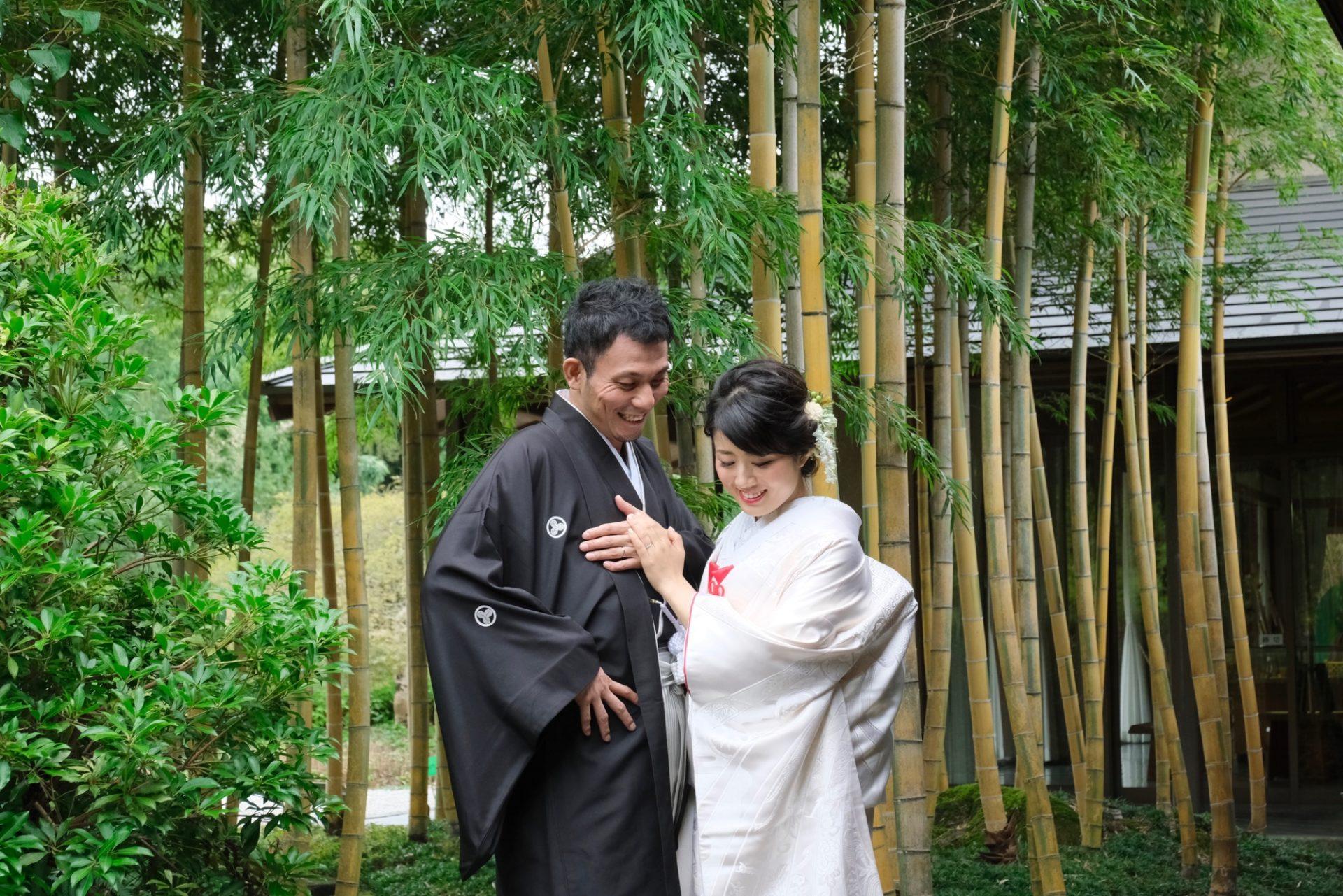 和装白無垢綿帽子と色打掛けで竹林での前撮り