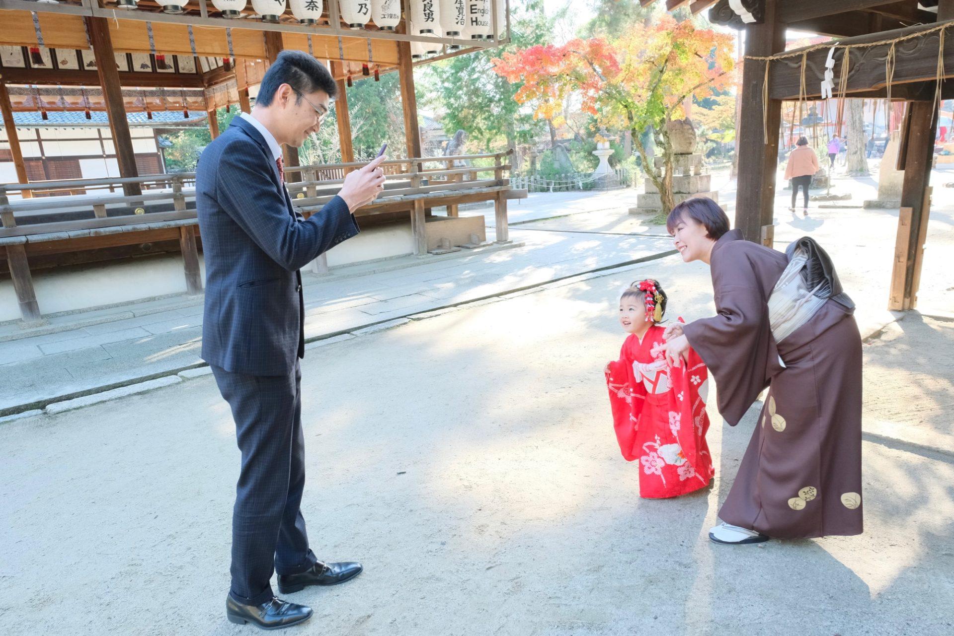 京都今宮神社で七五三の女の子の着物の写真