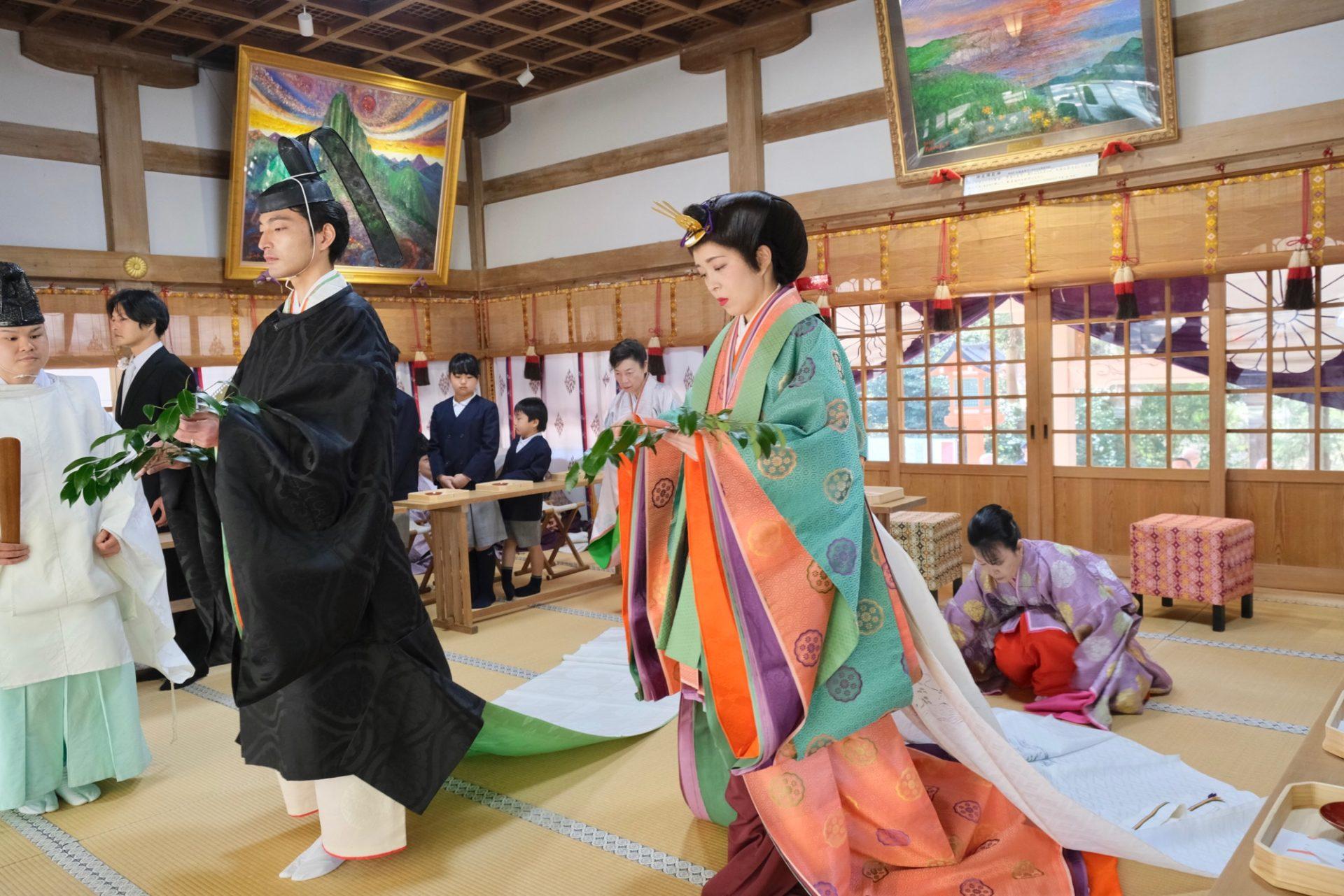 枚岡神社で十二単の結婚式の写真