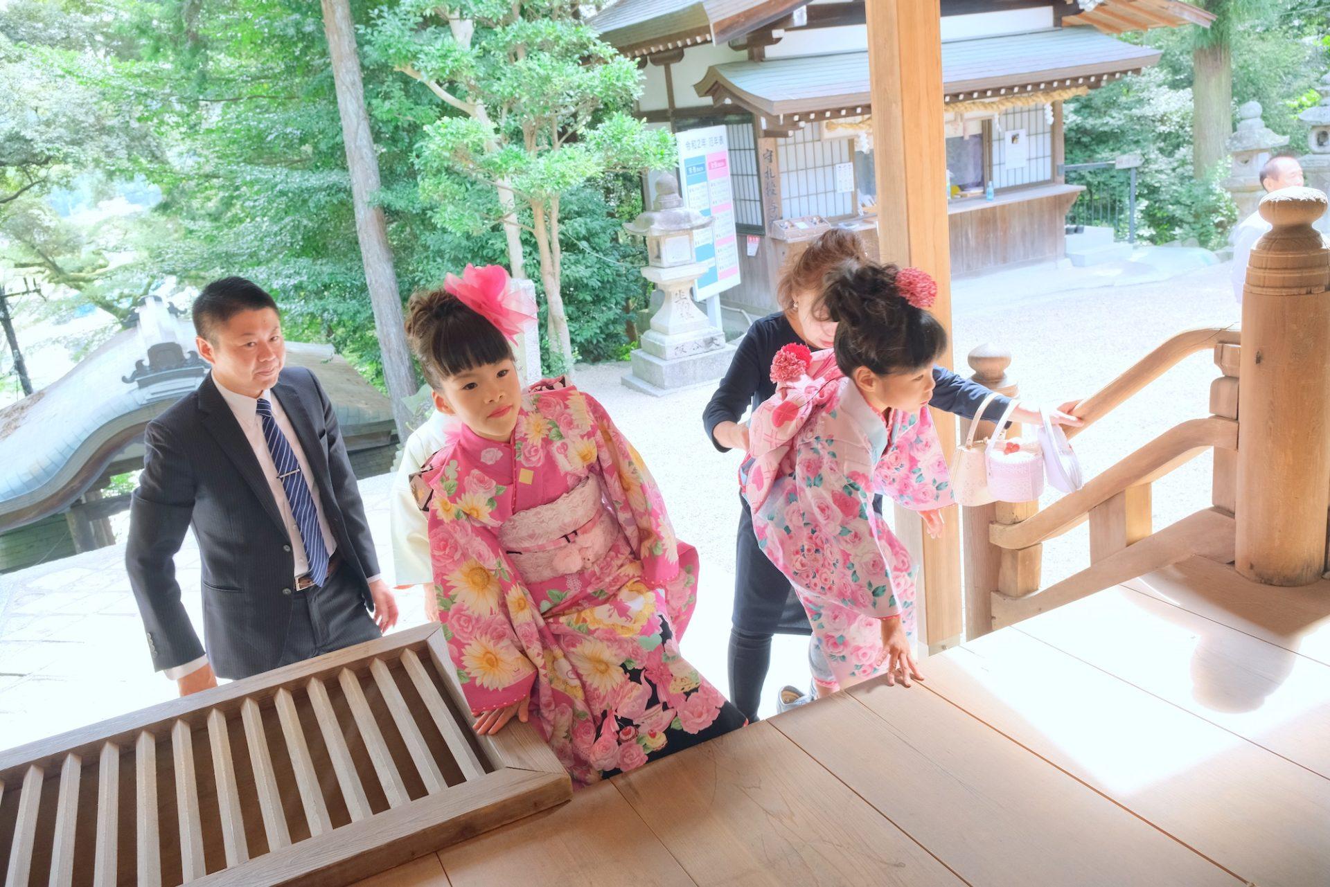 往馬大社で七五三の女の子の着物