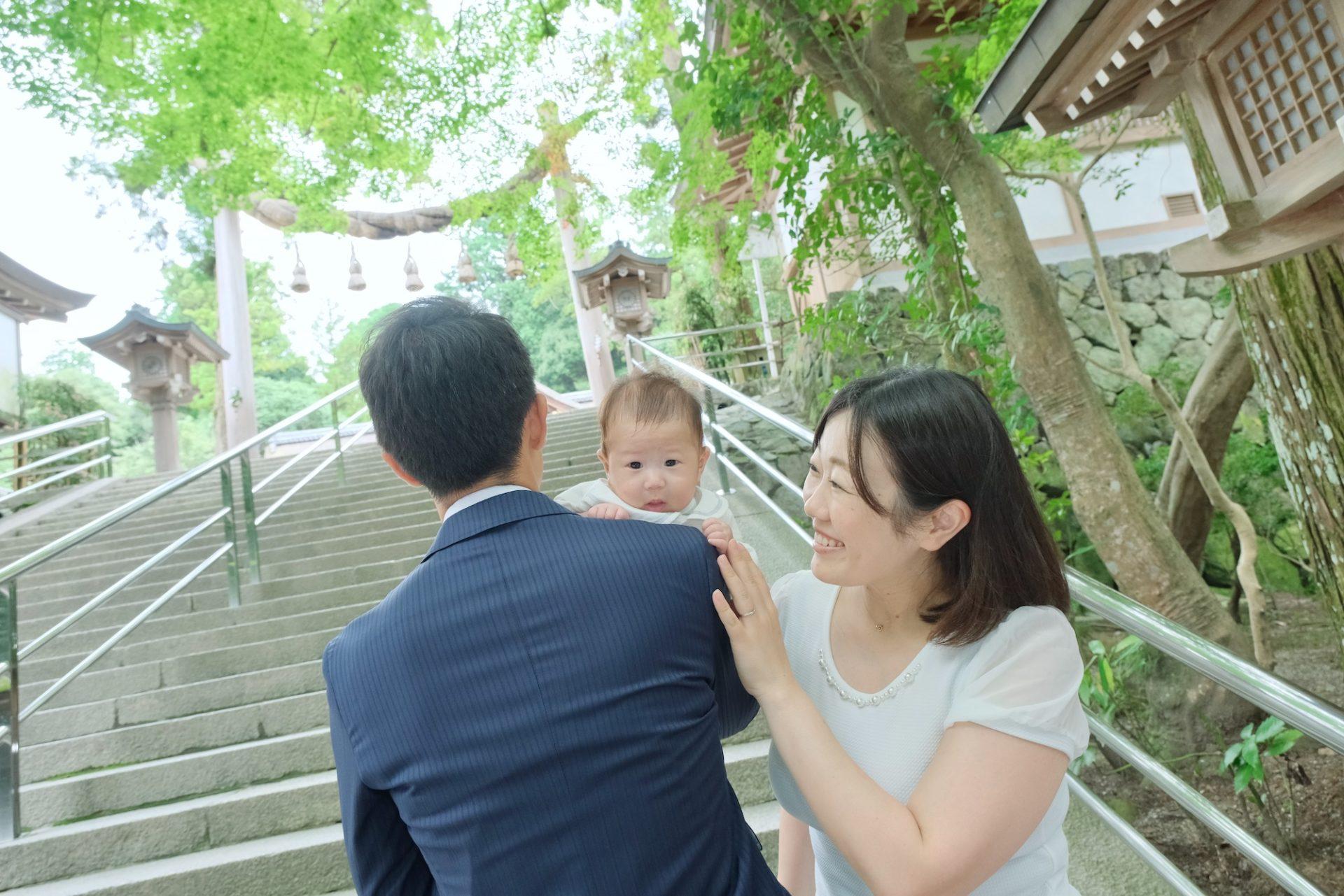 大神神社でお宮参りの赤ちゃん