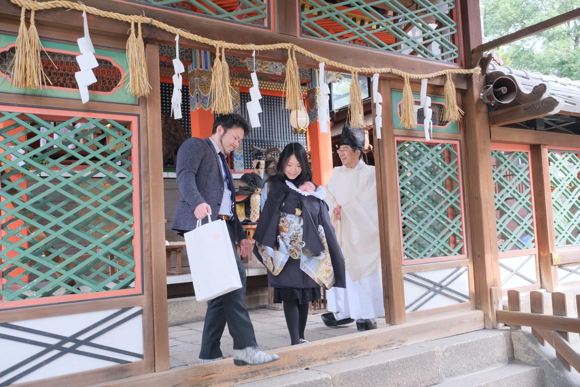 御香宮神社でお宮参りの赤ちゃん
